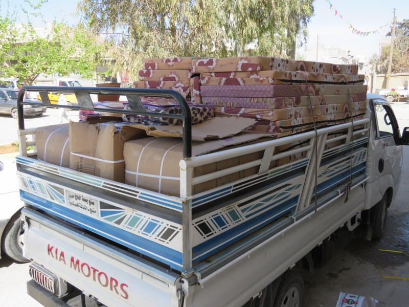 Afrin Displaced Persons Receive Blankets, Mattresses and Food Aid